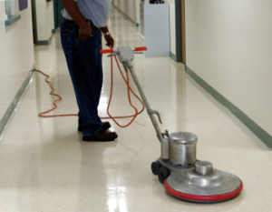 Mann som renholder gulv i Trondheim