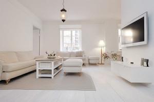 Et værelse med hvite vegger og hvitt interiør